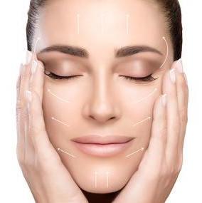 Mujer sin arrugas con piel sana
