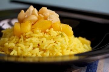 Riso all'ananas con noci di macadamia