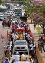 CAVALEIROS FAZEM HOMENAGEM A NOSSA SENHORA DE NAZARÉ. Neste sábado, 24, inicia no Entroncamento mais uma homenagem a Nossa Senhora de Nazaré: a cavalgada do Círio. Os Cavaleiros paraenses sairam em cavalgada de Marituba por volta das 6h. No Parque de Exposições, no Entroncamento, a Imagem Peregrina deverá receber homenagens, por volta de 9h e, de lá, os cavaleiros seguirão até a Basílica Santuário. Segundo um dos idealizadores, Thiago Borges, A 1ª Cavalgada do Círio não se trata de uma romaria, mas, sim, e de uma homenagem, que tem apoio da Polícia Militar, que estará fazendo a segurança da Berlinda em traje de Gala Oficial. De acordo com a organização, cavaleiros de aproximadamente 17 municípios foram convidados e o público esperado pode variar entre 200 e 300 homens montados. O cuidado com os animais é uma das prioridades da organização que conta com o apoio das Prefeituras de Belém, Ananindeua e Marituba, além das secretarias de mobilidade, saúde e limpeza dos municípios. Outro apoio importante é o da Universidade Federal Rural da Amazônia (UFRA) que disponibilizará UTI móvel e outros tipos de assistências aos animais que precisarem. A coordenação informou que a ADEPARÁ, Agência de Defesa Agropecuária do Estado, também esteve envolvida, acompanhando a questão relacionada a saúde dos animais. Belém, Pará, Brasil. Foto Eduardo Kalif Data: 24/010/15