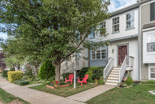6962 Village Stream Place, Gainesville VA 20155 - Beautiful townhome with updated stairs and new storm door