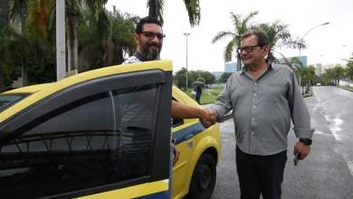 Photo of Motorista e passageiro contam as vantagens do aplicativo Taxi.Rio numa volta pela cidade