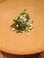 Tartare et sa chiée d'herbes, avec petits pois croustillants et petits pois frais.