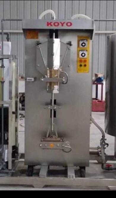 Machine de remplissage et de scellage de sachet à contenu liquide