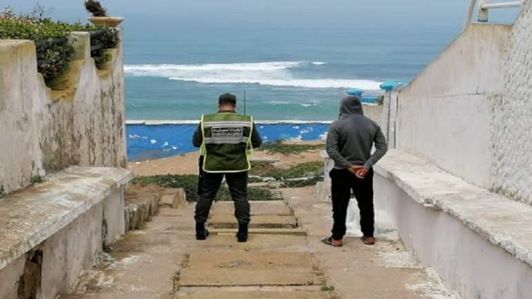 سلطات آنفا تذكر البيضاويين بمنع السباحة في شاطئ عين الذئاب في زمن (كورونا)