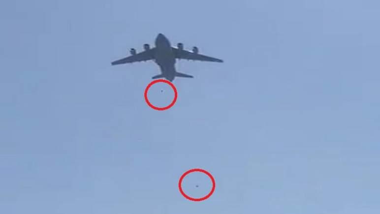 لحظة سقوط أشخاص من طائرة في السماء (فيديو)