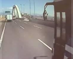 警察車両バス 幅寄せ 危険運転 動画