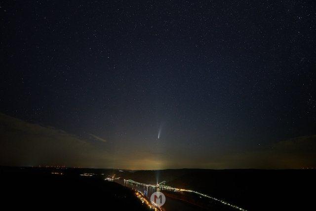 Komet Neowise im Oberen Mittelrheintal mit Sternenhimmel