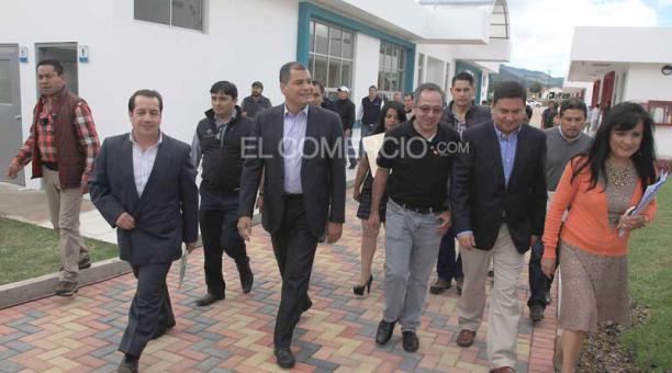 El presidente Rafael Correa defendió los proyectos de minería a gran escala, en Cuenca, durante la inauguración de una escuela del milenio. Foto: Xavier Caivinagua/ EL COMERCIO