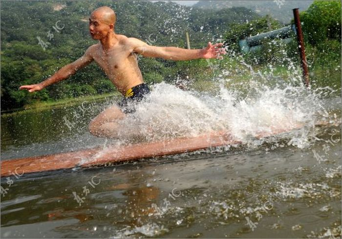 Shaolin Monk Walks on Water (51 pics)