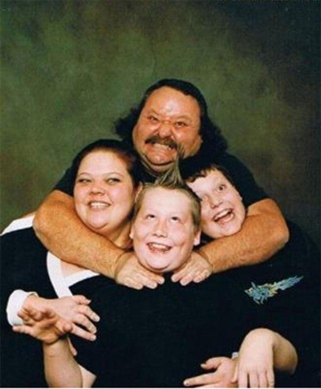 The-21-Most-Awkward-Family-Photos12