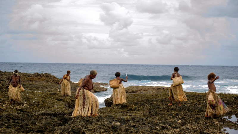 Women collect shells in 'Tanna' - DOP Bentley Dean, PHOTO Philippe Penel