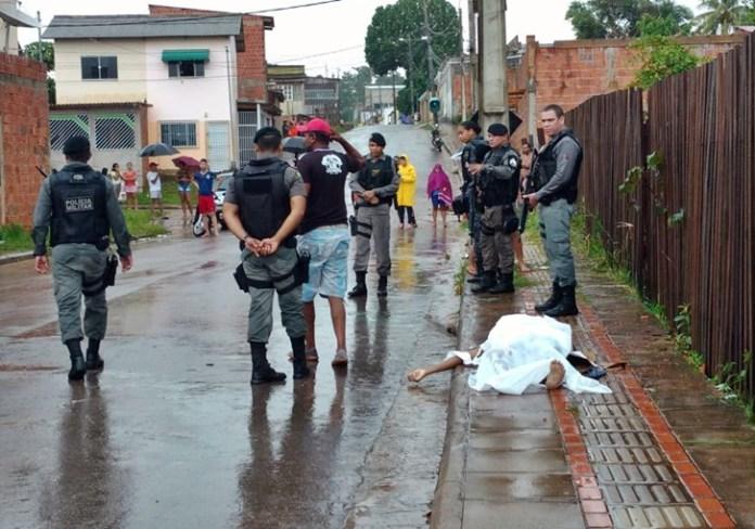 Jovem é executado a tiro no bairro Floresta; criminosos batem carro e roubam moto para fugir
