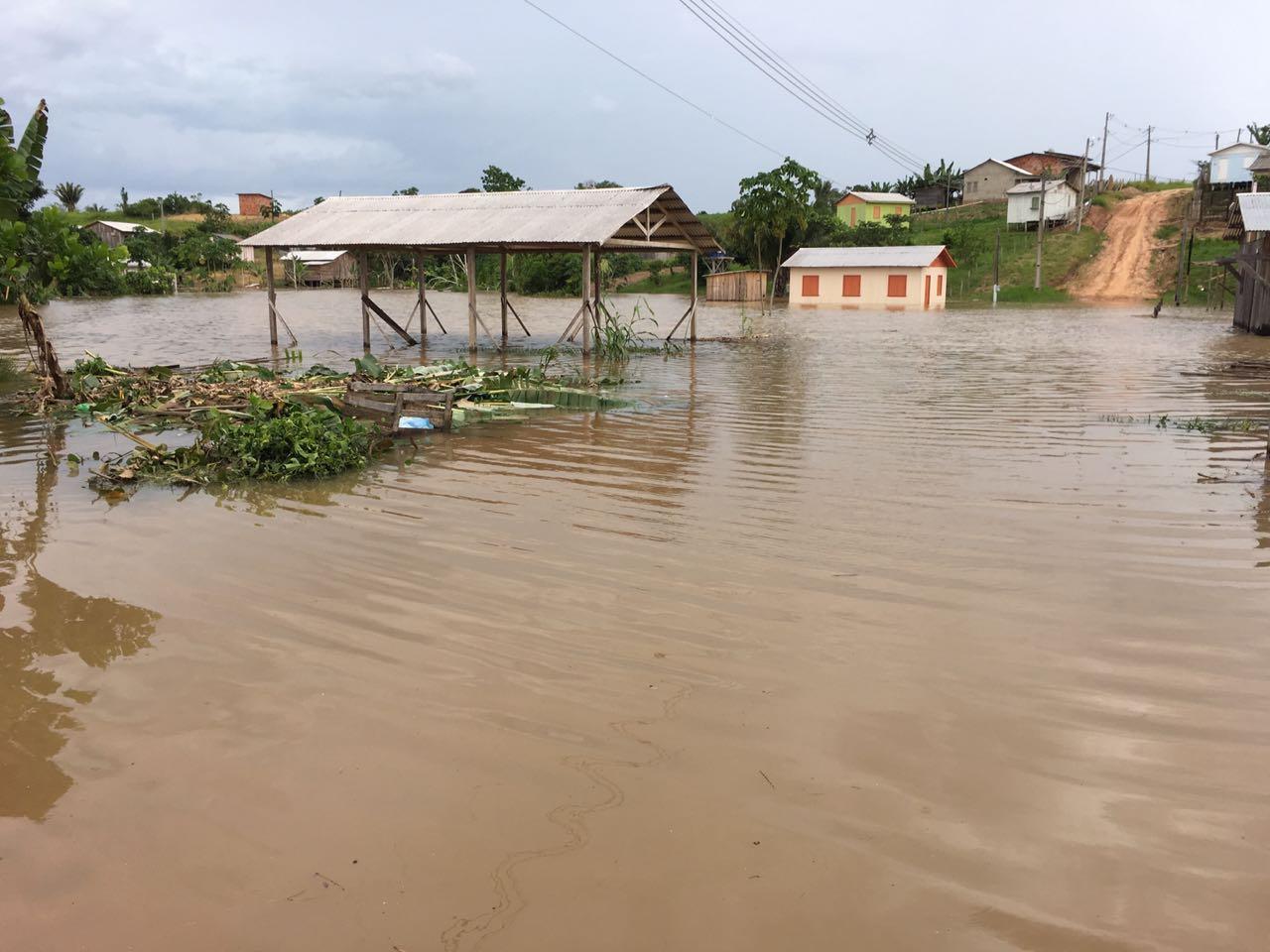 Prefeitura de Tarauacá presta assistência às famílias atingidas pela cheia causada pela chuva