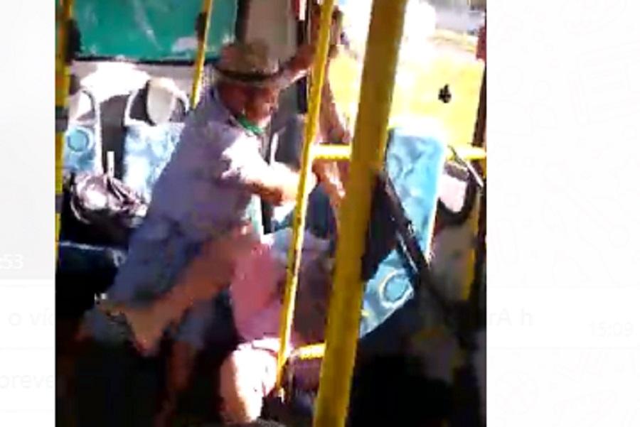VÍDEO: Dentro de ônibus, passageiro esfaqueia outro passageiro ao vivo