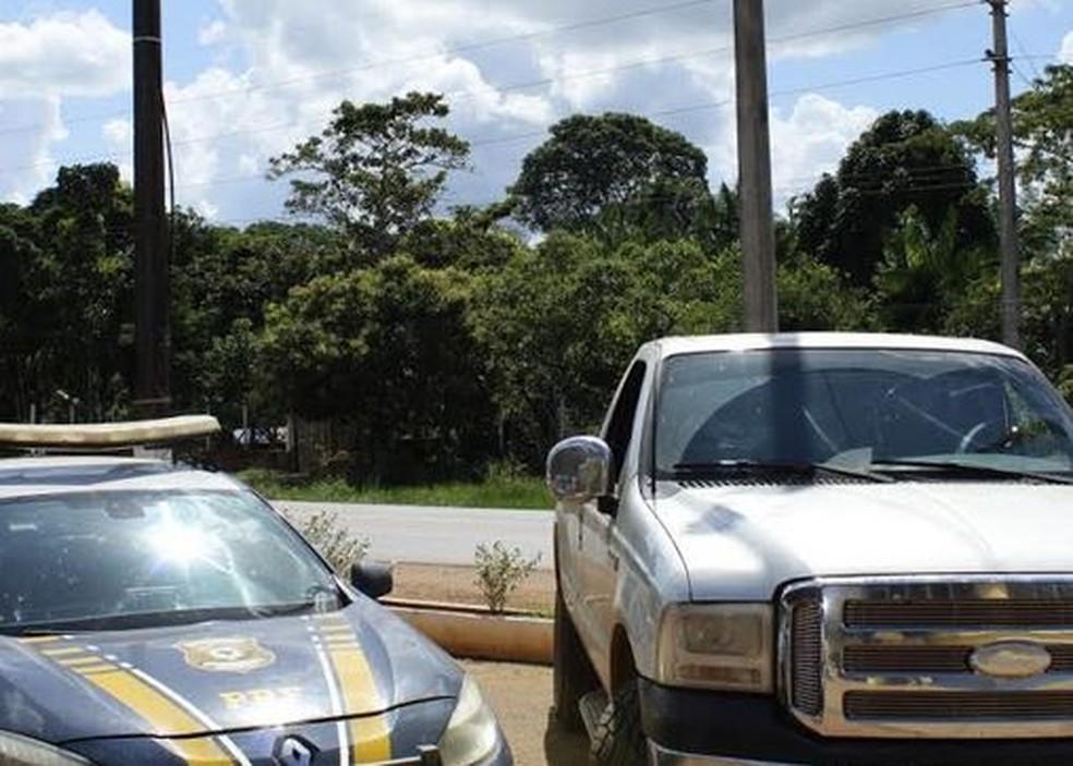 Casal fura bloqueio em rodovia no Acre, abandona caminhonete adulterada e foge