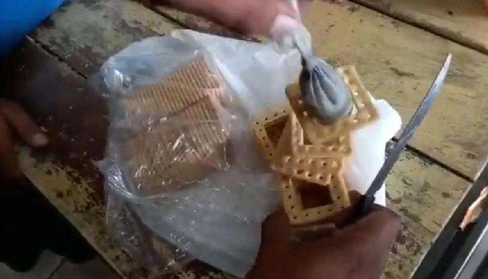 Mulheres são presas ao tentar enviar drogas e celulares dentro de pacotes de bolacha para presos no AC