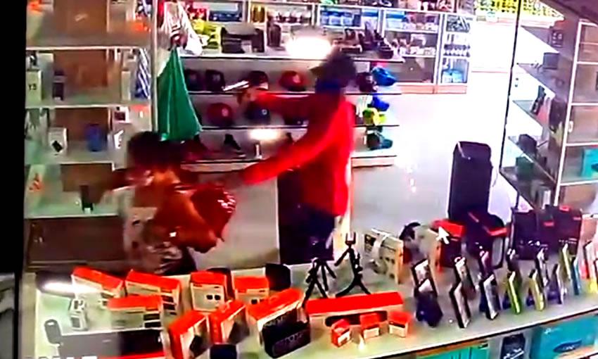 Assaltantes invadem loja e roubam dezenas de celulares