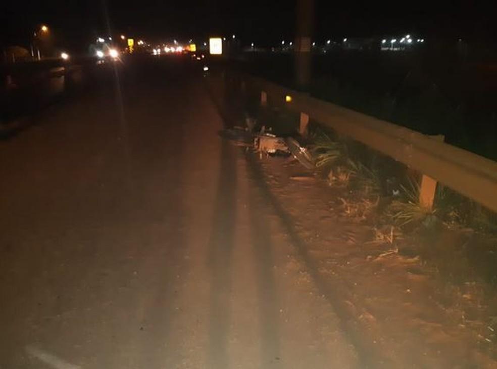 Homens são atingidos a tiros em rodovia no AC e motociclistas que passavam pelo local sofrem acidente