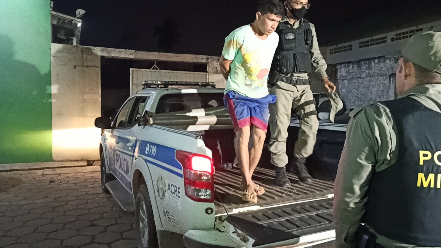 Jovem é preso com maconha e cocaína durante abordagem policial no Montanhês