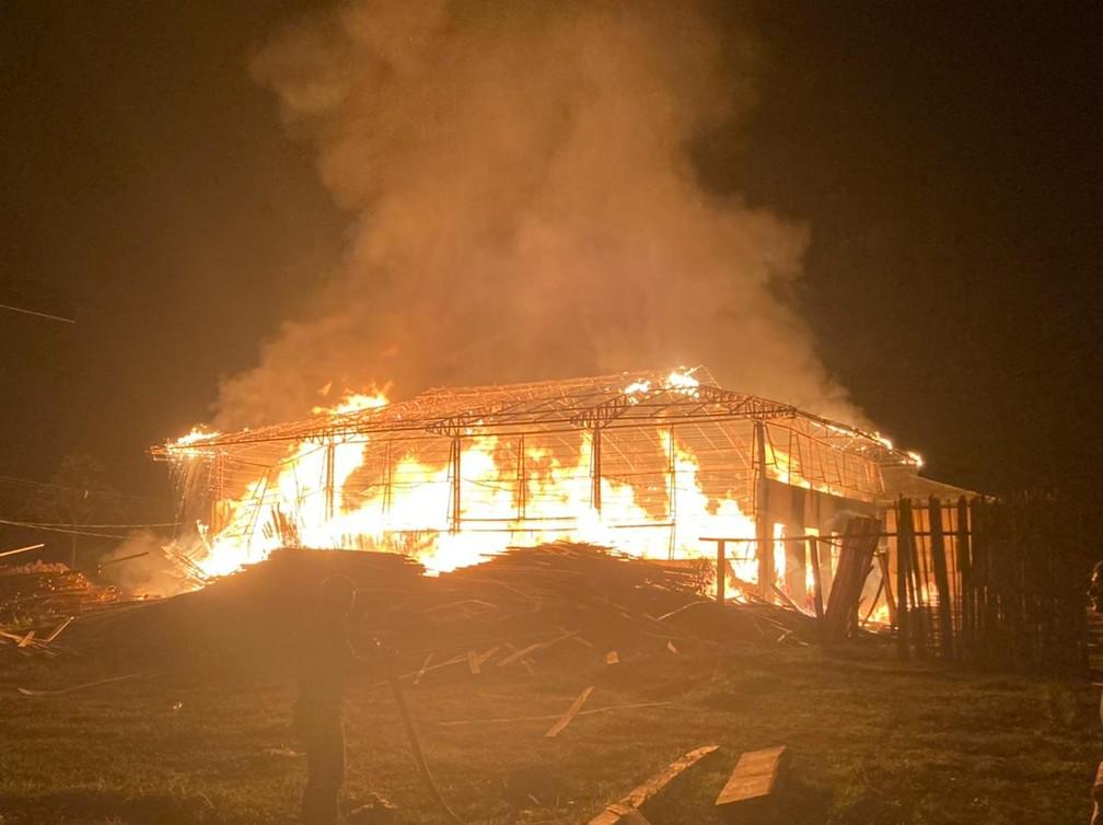 Incêndio destrói galpão em polo moveleiro no interior do AC e prejuízo é calculado em cerca de R$ 1 milhão