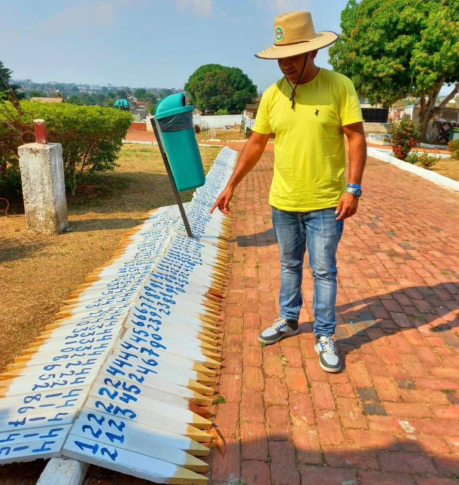Chefe dos cemitérios de Rio Branco aprimora gestão organizando identificação de sepulturas