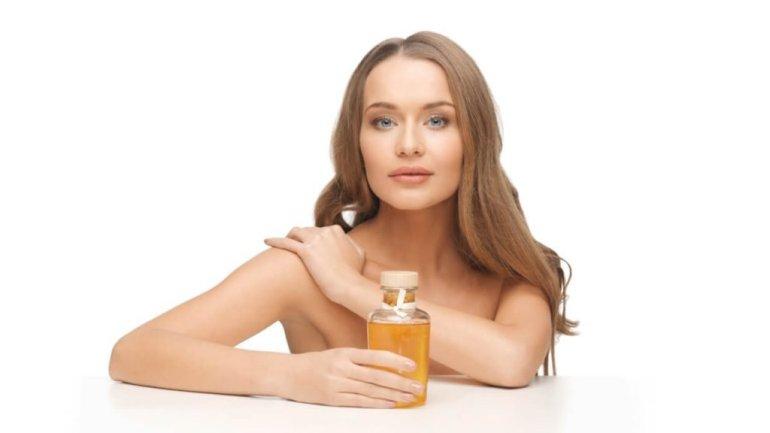 mujer con aceite de vitamina e