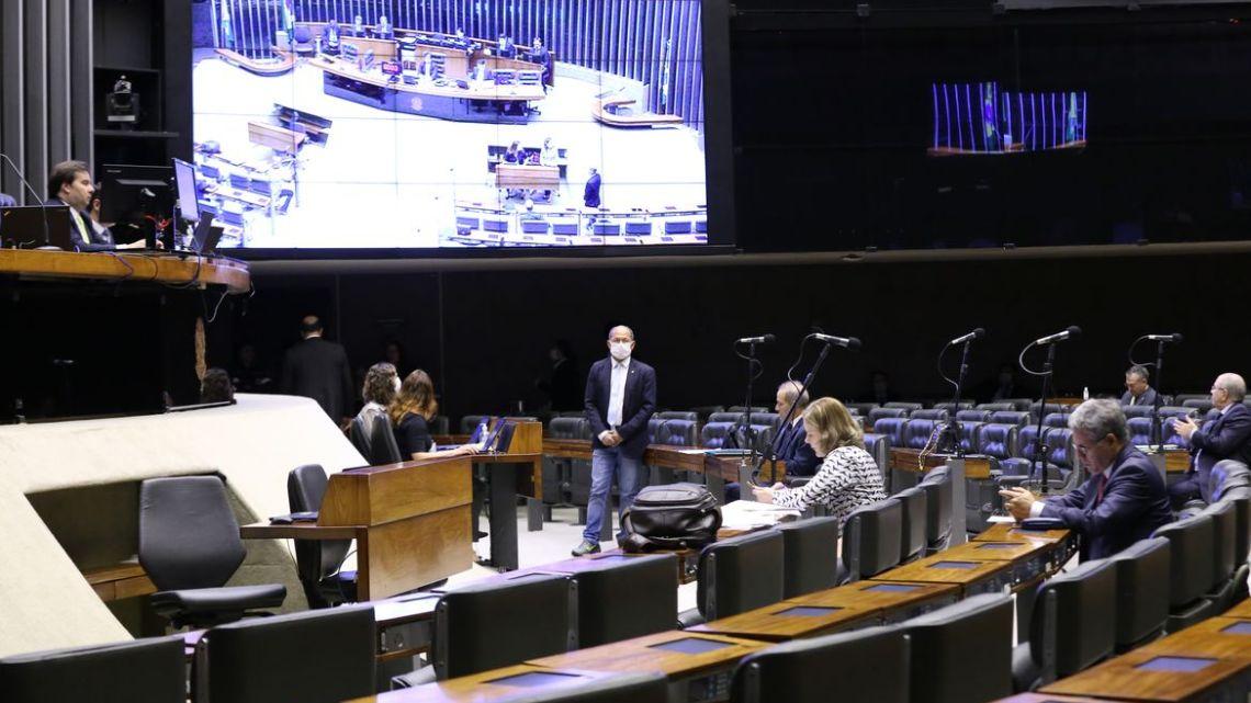 Câmara aprova ampliar a outras categorias auxílio emergencial