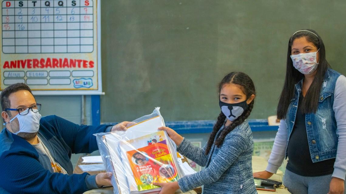 Alunos com baixa visão da rede municipal de Cotia recebem material pedagógico ampliado