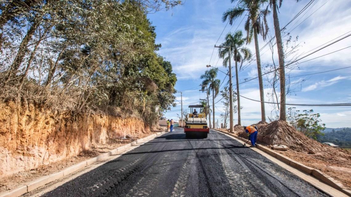 Cerca de 12 quilômetros de ruas estão sendo pavimentadas em Itapevi Dentre os bairros beneficiados estão Amador Bueno, Monte Serrat, São Benedito e Rosemary