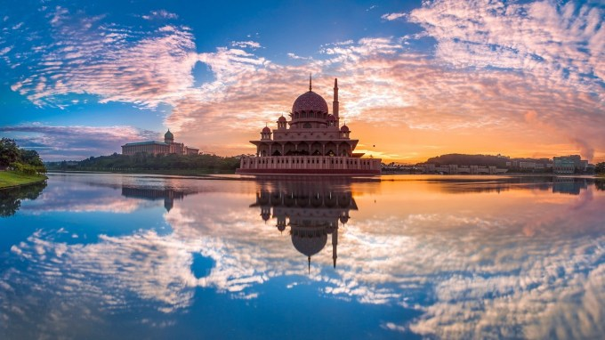 Mosque-Reflection-On-Water-picspaper-com