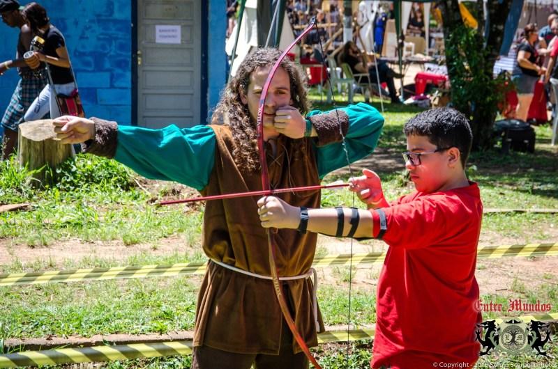 Batalhas e oficinas diversas como a de arquearia também fazem parte da programação da Feira Entre Mundos