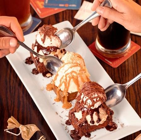 ThunderTrio , uma combinação inédita, que reúne três sobremesas em versão mini, mas cheias de bold flavour e sorvete. está disponível por tempo limitado.