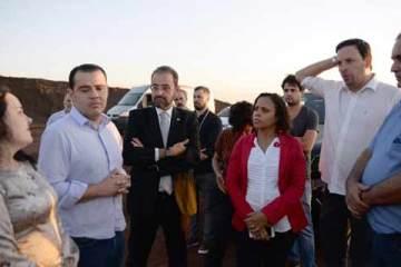 Foto dos deputados em visita à mineração
