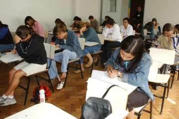 Foto de estudantes em prova do Enem