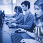 Imagem ilustrativa de estudante ao computador
