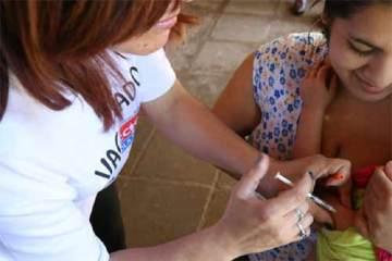 Foto de criança sendo vacinada