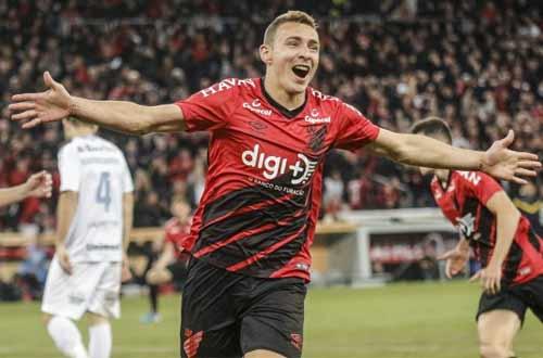 Foto de comemoração de jogador do Athletico-PR