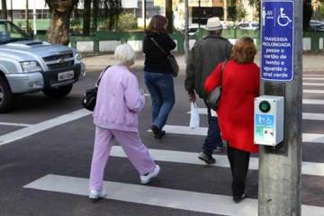 Foto de idosa no trânsito