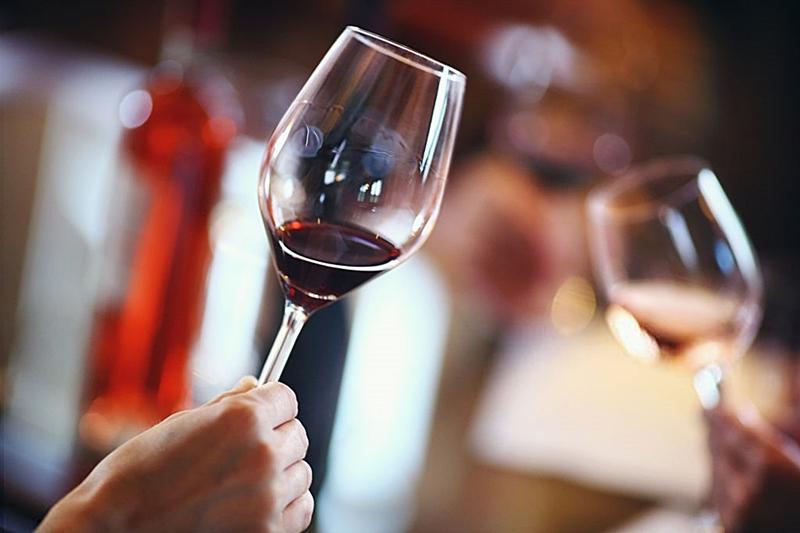 La supervivencia del coronavirus en el vino es imposible, según la FEAE