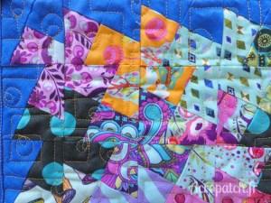 Acropatch-Panneau-mural-twisting pinwheels-Motif-Quilting-PICASSO CARRES-fil-uni-jaune orangé-Détails des blocs et du quiltage