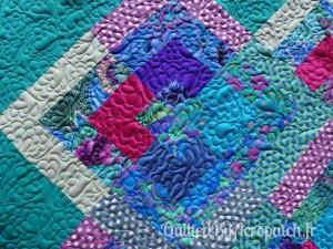 Pied-de-lit-Motif-Quilting-NUAGE-fil-multicolore-détails d'un bloc et du matelassage