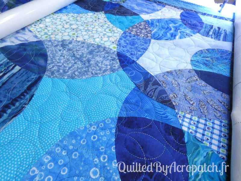 Acropatch-motif-quilting-LASSO-panneau-mural-fil-dégradé-bleu-en cours de quiltage