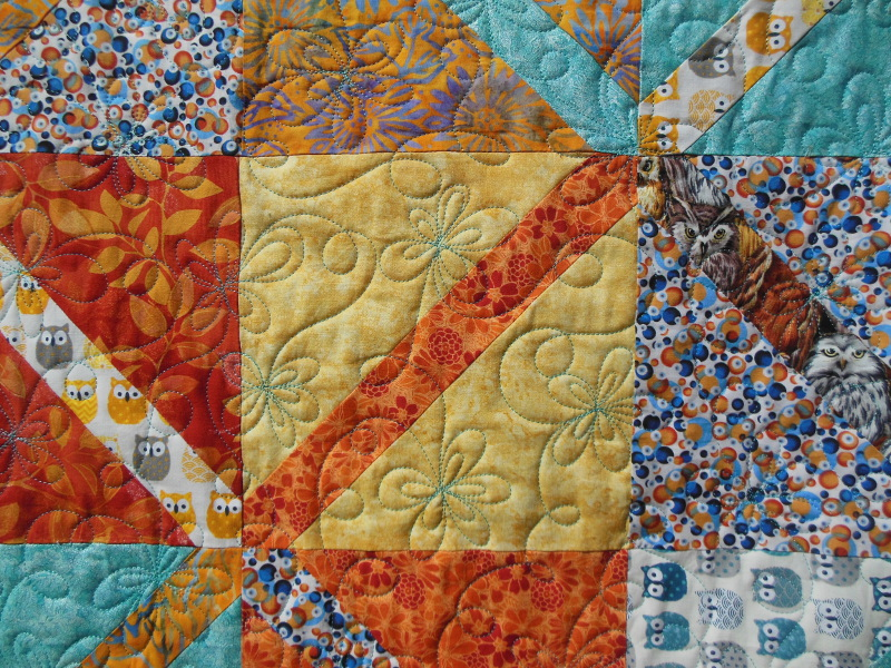 """Plaid-""""Diagonales""""-Motif-Quilting-DAISY-fil-uni-bleu-détails d'un bloc et du quiltage"""