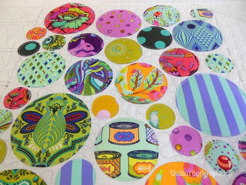 Acropatch-Panneau_mural-Modern_quilt-Pink-Motif-Quilting-Medley-fil-uni-gris clair-en cours de matelassage