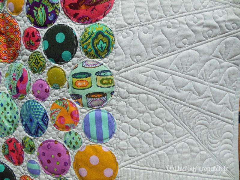Acropatch-Panneau_mural-Modern_quilt-Pink-Motif-Quilting-Medley-fil-uni-gris clair-détails