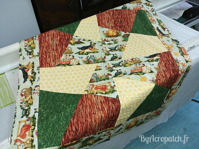 Acropatch-Baby Quilt-Box2-Motif-Quilting-Moulin-fil-uni-doré-92x102cm-avant de bâtir sur la machine