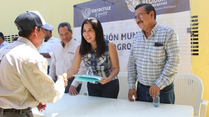 Entrega Ileana Ramírez dictámenes a productores pecuarios