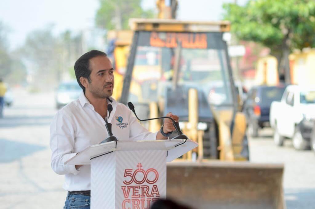 Este miércoles, el alcalde de Veracruz, Fernando Yunes Márquez dio inicio a las obras de pavimentación en las calles Central, Cerezo, Abedul y Pino de la colonia Las Amapolas.