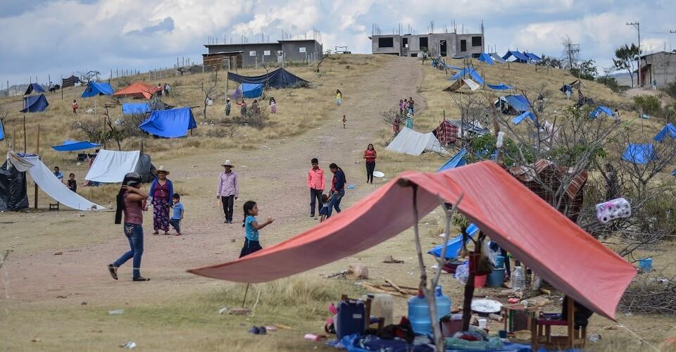 Las 80 familias desplazadas de la Sierra de Tlacotepec en Guerrero, advirtieron que podrían regresar a plantarse frente al Palacio Nacional, aunque ahora lo harían para instalar sus viviendas de manera definitiva, ante el miedo de que los civiles armados de Tlacotepec incursionen en la cabecera municipal de Chichihualco, Guerrero.