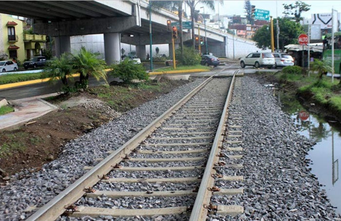 La implementación del tren ligero en Xalapa, tiene como objetivo conectar a la ciudad con tres municipios más, aprovechando la infraestructura de los 10 kilómetros de vías férreas con los que cuenta la ciudad.